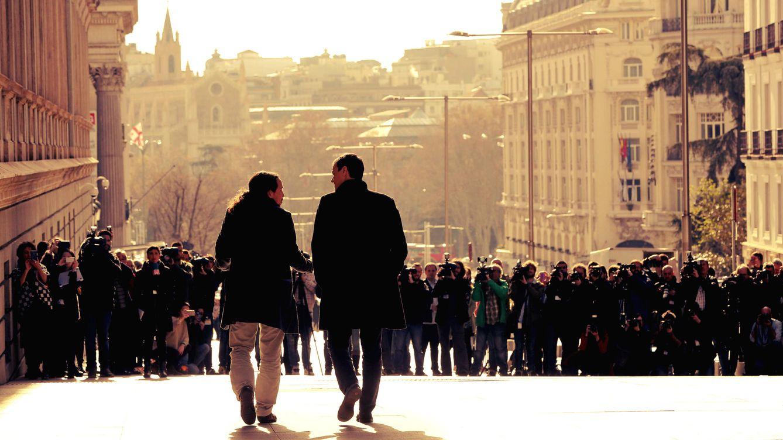 Foto: Pablo Iglesias y Pedro Sánchez bajan por la carrera de San Jerónimo en su encuentro de ayer, 30 de marzo, para abrir vías de diálogo. (EFE)
