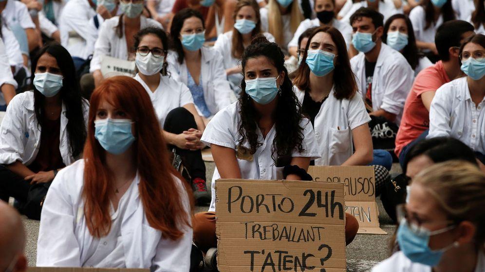 Foto: Cientos de MIR iniciaron este lunes una huelga en Cataluña. (EFE)