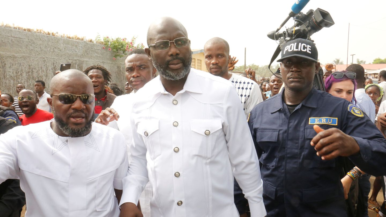 George Weah, en el momento de votar en la segunda vuelta, ayer en Monrovia. (Reuters)