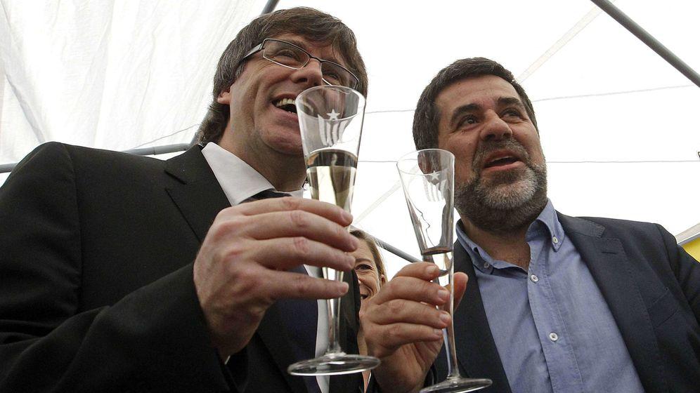 Foto: El president de la Generalitat, Carles Puigdemont, junto al presidente de la ANC, Jordi Sánchez, en la Diada de Sant Jordi. (EFE)