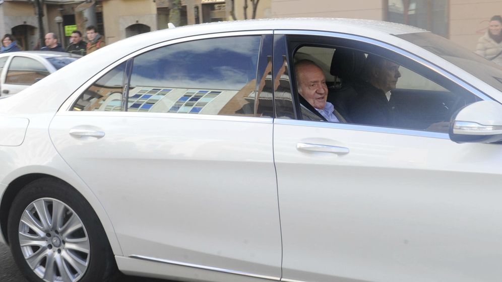 Foto: El Rey Juan Carlos tras su revisión médica (EFE)