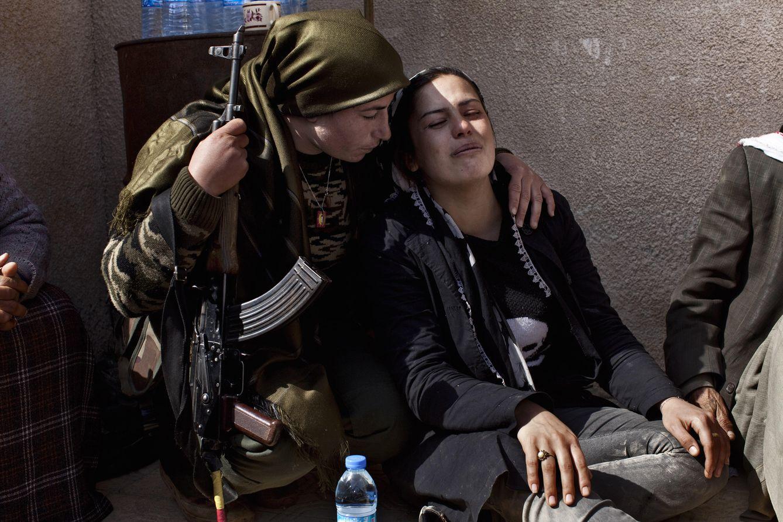 Foto: Zozan, de 20 años y combatiente del YPG, consuela a una familiar de su amiga muerta en Kobane. (J.M. López)