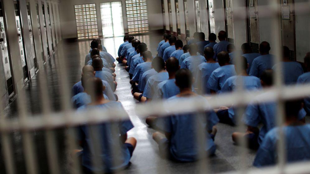 Foto: Un grupo de presos se sienta durante una inspección en la prisión de alta seguridad Klong Prem en Bangkok, en julio de 2016. (Reuters)