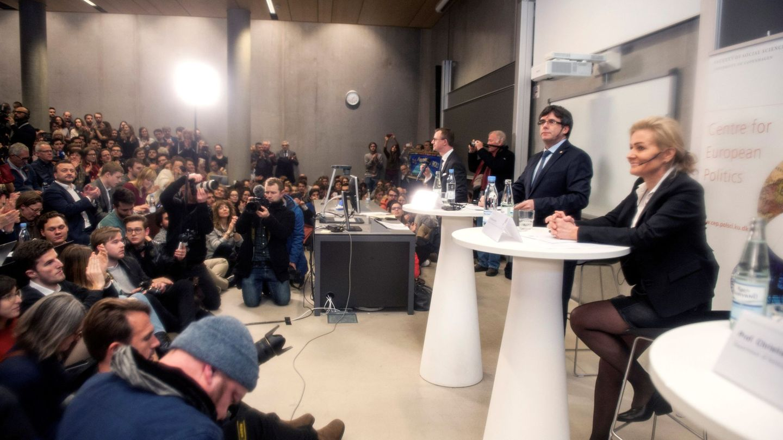 Carles Puigdemont, junto a Marlene Wind, en la famosa conferencia de enero de 2018 en Copenhague. (EFE)