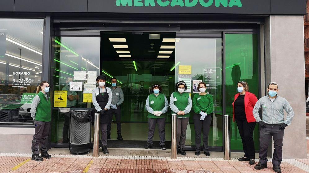 Foto: Empleados del Mercadona guardan un minuto de silencio por las víctimas del coronavirus en un establecimiento de estos supermercados en Alcalá de Henares. (EFE)