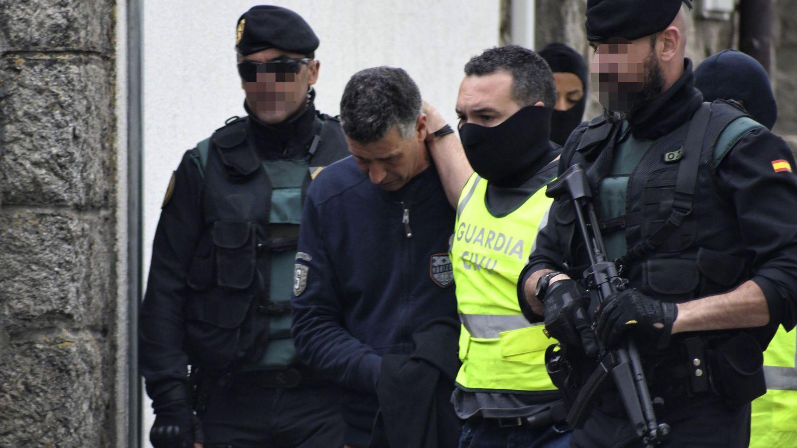 Foto: Agentes de la Guardia Civil trasladan al hombre detenido en la localidad segoviana de El Espinar. (EFE)