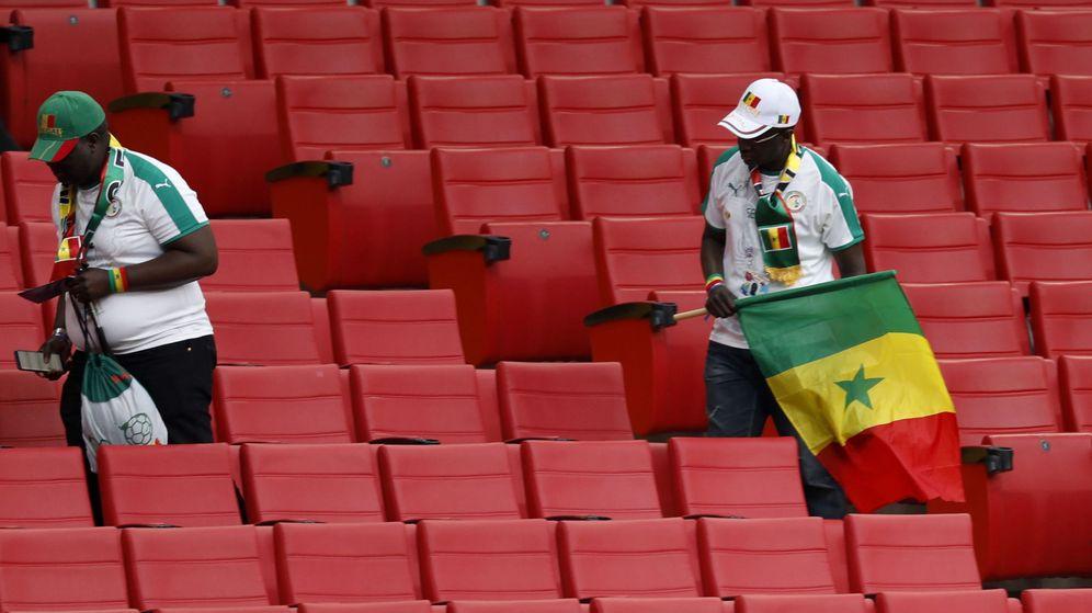 Foto: Aficionados de Senegal revisan sus asientos | EFE