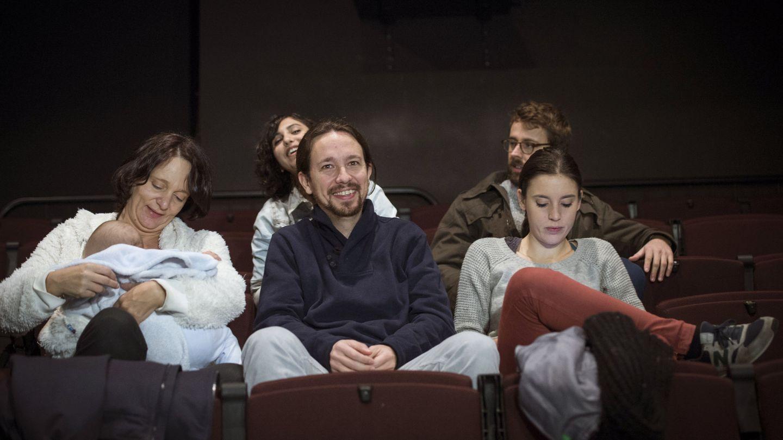Pablo Iglesias, junto a Carolina Bescansa, y su bebé e Irene Montero. (EFE)