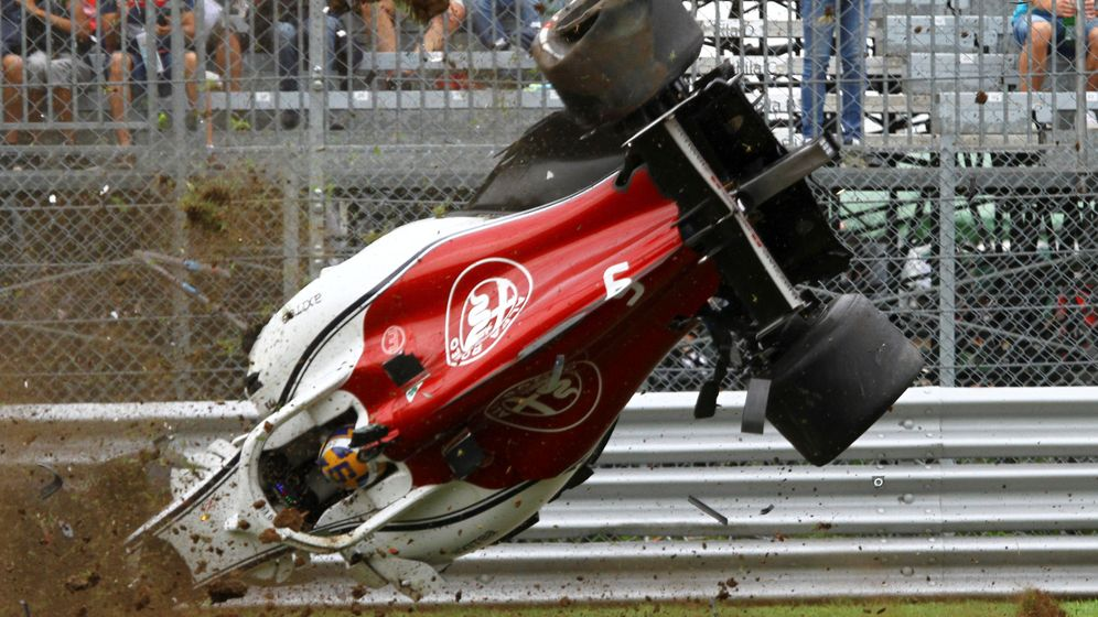 Foto: El piloto sueco salió ileso del espectacular accidente. (REUTERS)