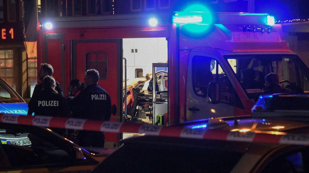Foto: Los agentes junto a una ambulancia en el lugar de los hechos. (EFE)