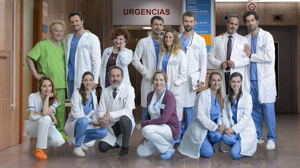 Foto: El equipo de 'Centro médico' en el año 2016. (RTVE)