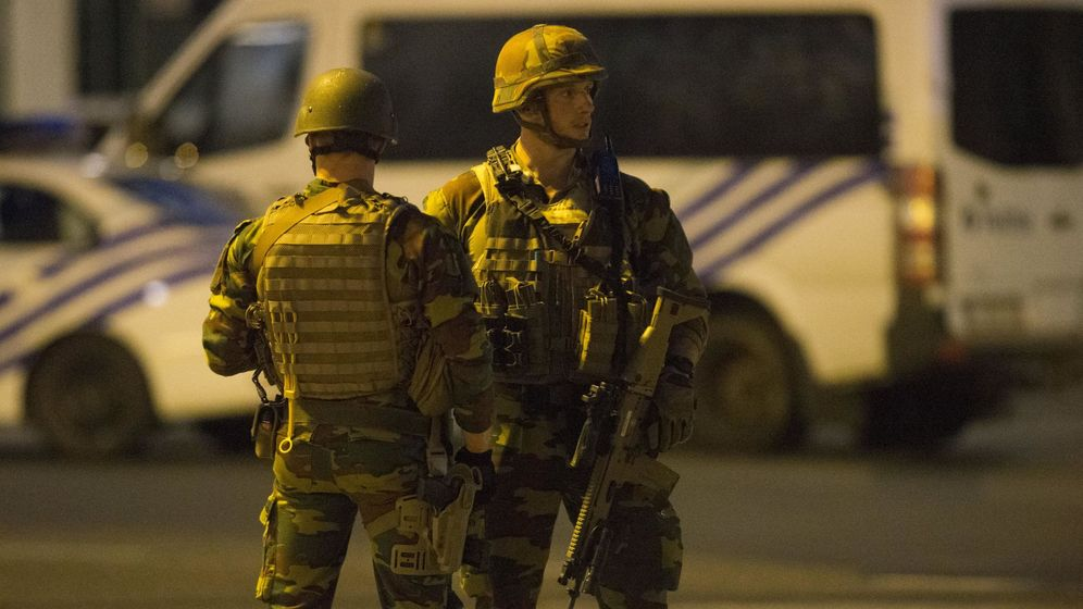 Foto: Soldados prestan guardia en el exterior de la Estación Central de trenes de Bruselas. (EFE)