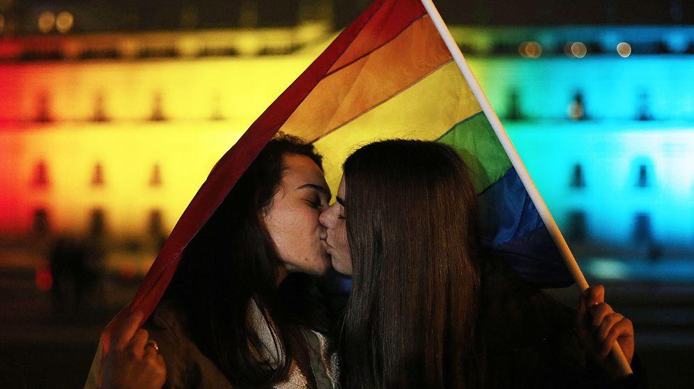 Foto: Una pareja de mujeres se besa frente al Palacio de la Moneda. (EFE)