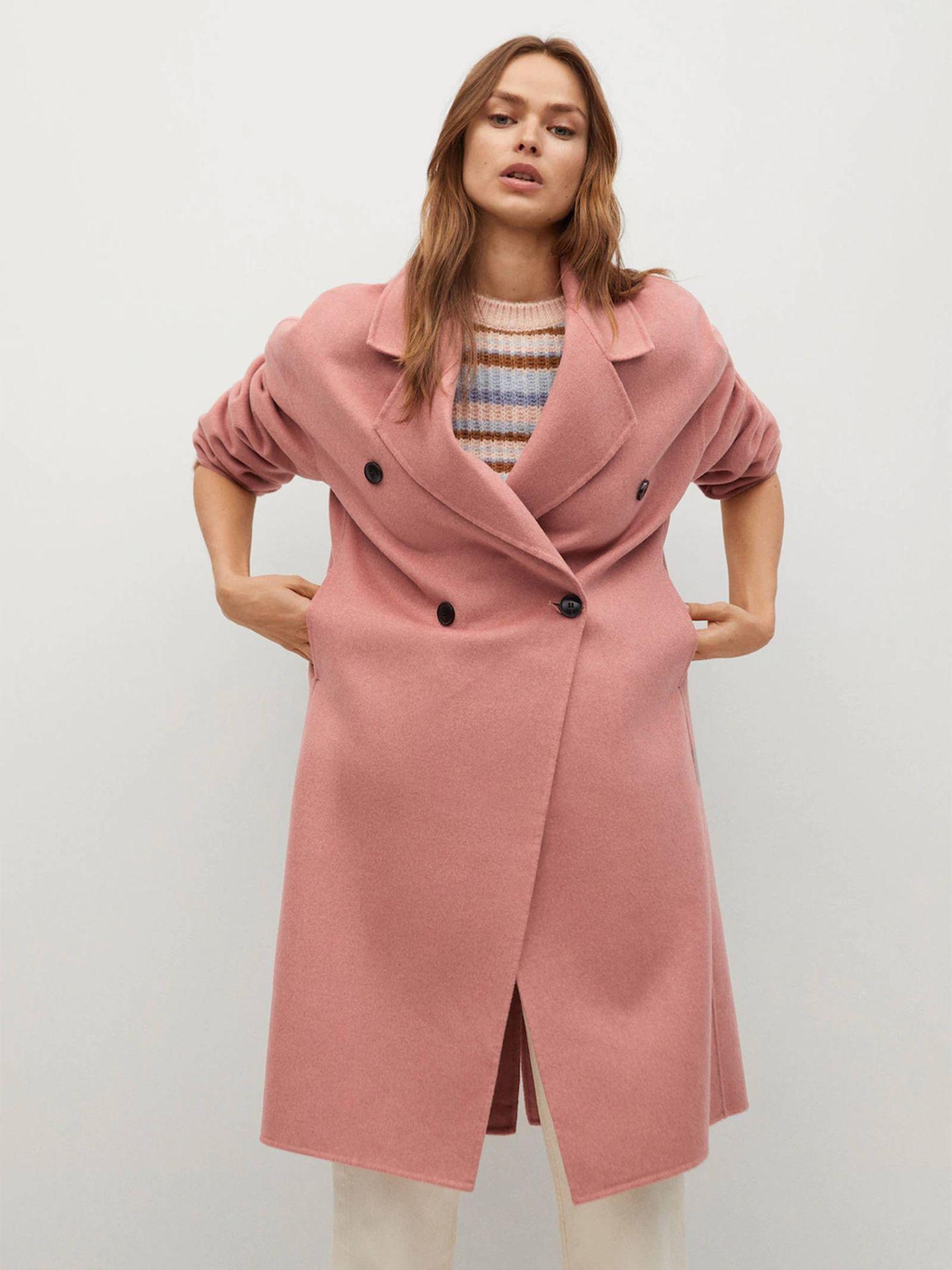 Abrigo rosa de Mango. (Cortesía)
