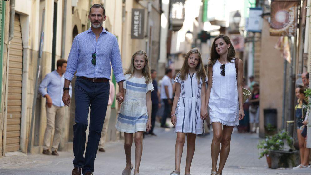 Foto: Los Reyes y sus hijas, cuatro turistas por las calles de Sóller