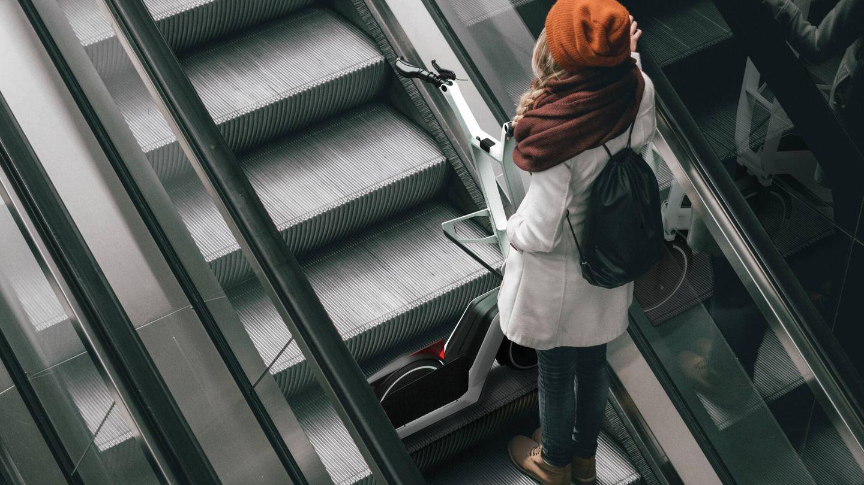 El scooter eléctrico Clever Commute cuenta con una posición de plegado parcial ideada para llevar en el transporte público. Su sistema para acortar la distancia entre ejes permite que quepa a lo ancho en un peldaño de escalera mecánica.