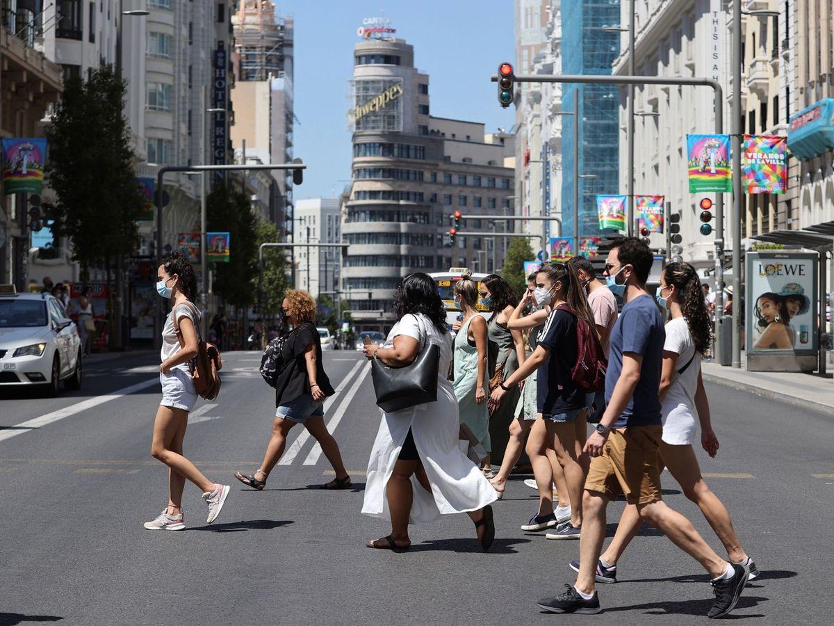 Foto: Un grupo de personas cruza Gran Vía. (EFE)