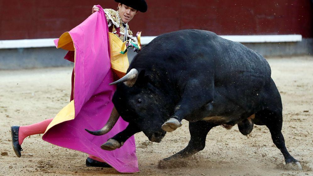 Foto: El diestro Javier Jiménez da un pase a su segundo toro. (EFE)