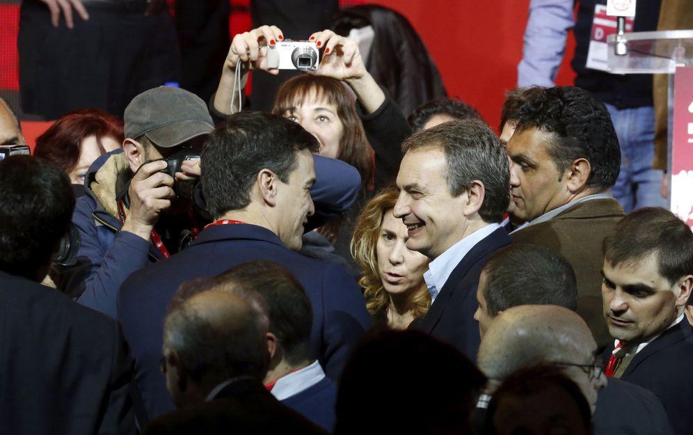 Foto: Pedro Sanchez saluda al expresidente José Luis Rodríguez Zapatero durante la apertura del 42º Congreso Confederal de UGT, el pasado 9 de marzo en Madrid. (EFE)