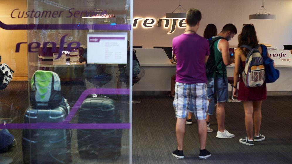 Foto: Algunos pasajeros esperan en un mostrador de Renfe en Barcelona. (EFE)