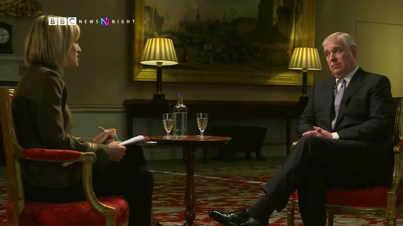 Uno de los momentos de la entrevista que el príncipe Andrés concedió a la BBC. (BBC News)