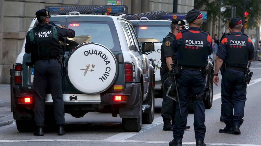 Foto: La Guardia Civil y los Mossos, durante los registros de Barcelona. (EFE)