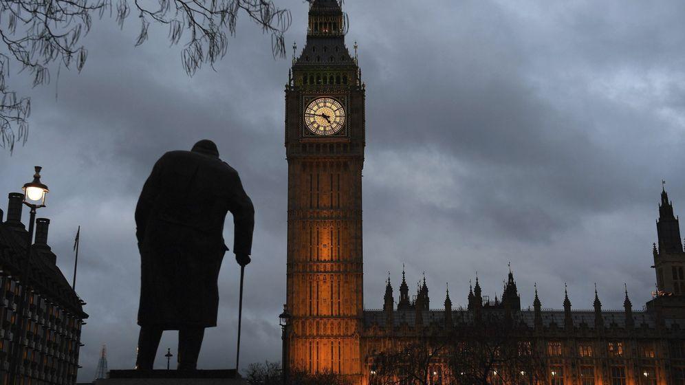 Foto: Vista del Parlamento de Londres durante el atardecer. (EFE)