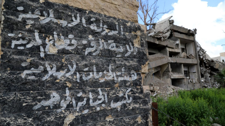 Imagen que muestra un cartel de Estado Islámico en la ciudad de Al Raqa, Siria. (EFE)