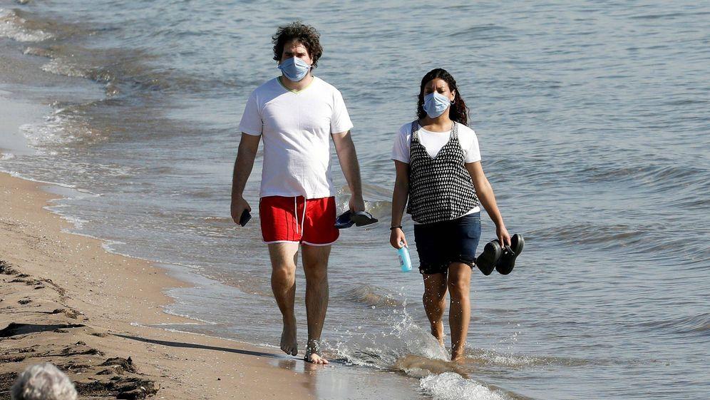 Foto: Llevar mascarillas es ya obligatorio en espacios públicos desde este jueves. (EFE)