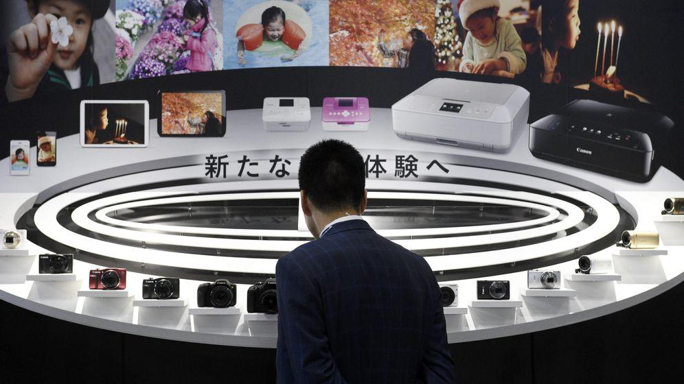 Foto: Un hombre observa cámaras de fotos durante la Feria de la Cámara y la Fotografía en 2015 en Yokohama (Japón) (EFE)