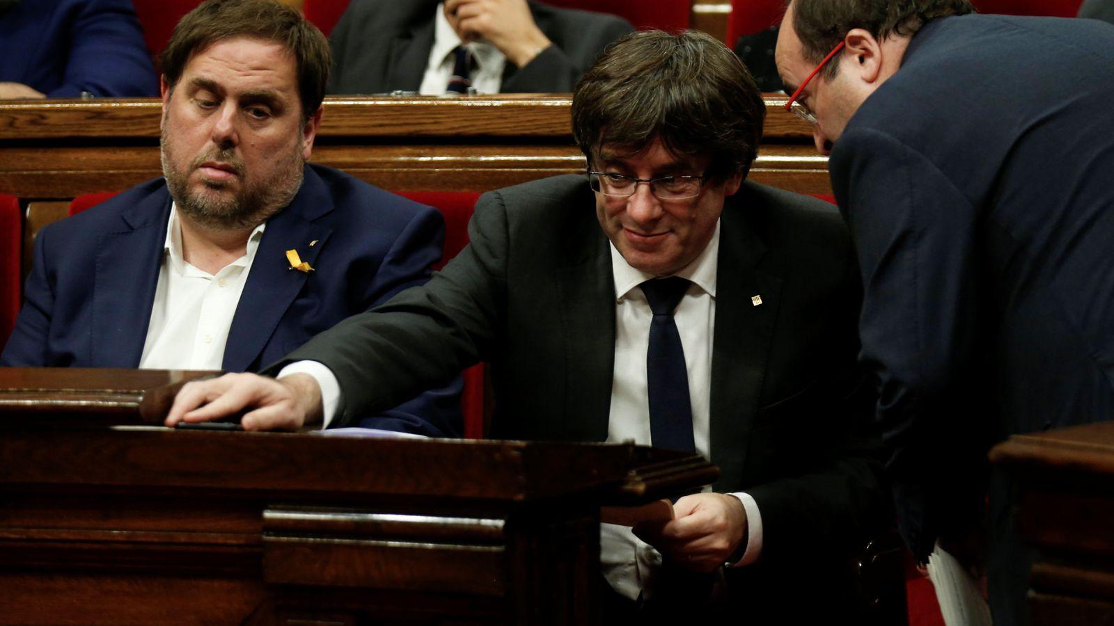 Foto: Carles Puigdemont escucha al socialista Miquel Iceta junto al ya exvicepresidente Oriol Junqueras, el pasado 26 de octubre en el Parlament. (Reuters)