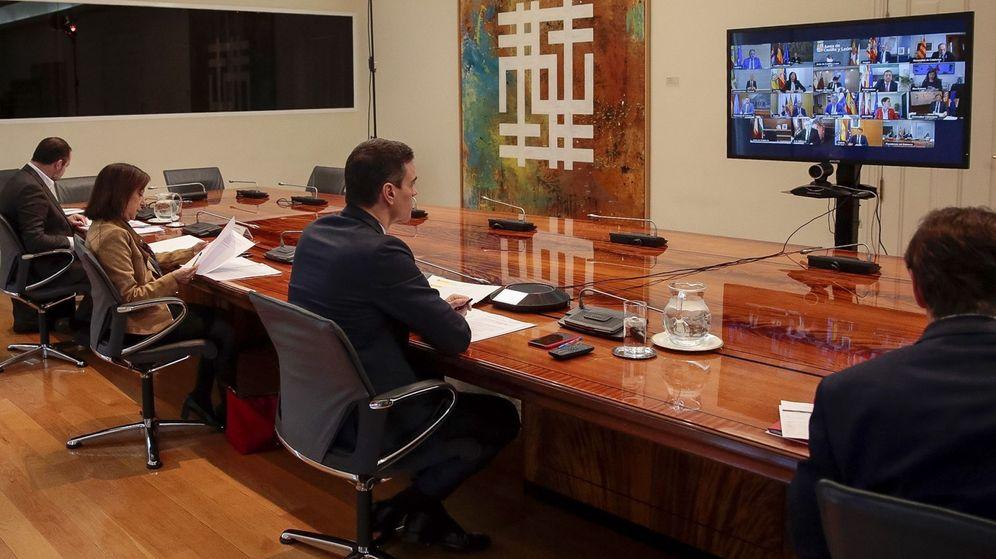 Foto: El presidente del Gobierno, Pedro Sánchez (3-i), mantiene una videoconferencia con los presidentes autonómicos para abordar la crisis del coronavirus. (EFE/Pool Moncloa)