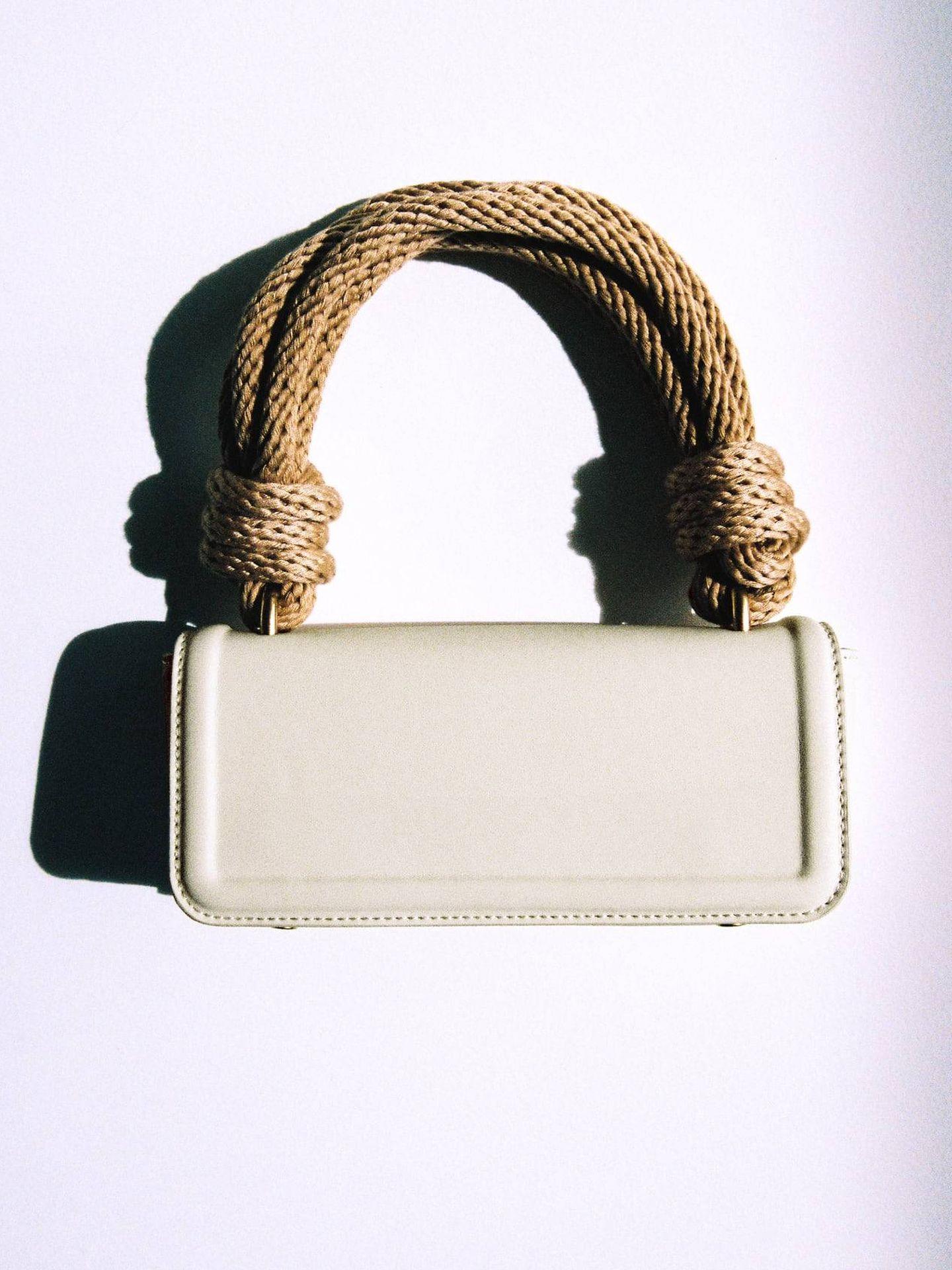 Bolso blanco de Zara. (Cortesía)