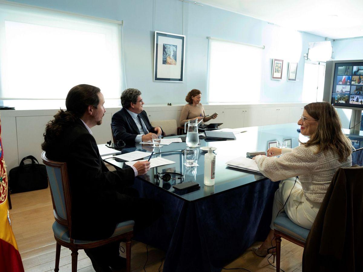 Foto: El vicepresidente segundo del Ejecutivo, Pablo Iglesias (i), junto a la ministra de Trabajo, Yolanda Díaz (d), y el ministro de Inclusión, Seguridad Social y Migraciones, José Luis Escrivá (c). (EFE)