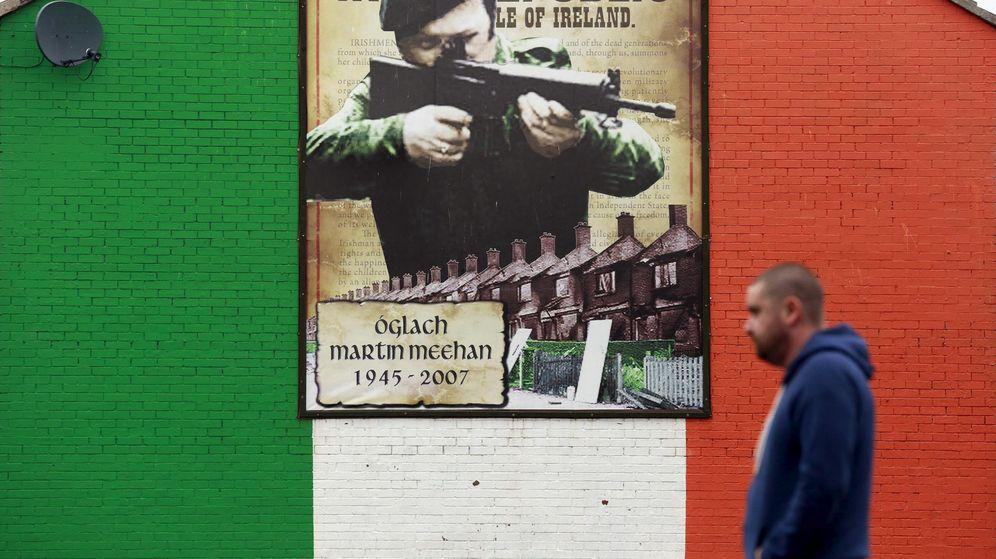 Foto: Un hombre pasa por delante de un mural en apoyo del IRA en Belfast, en septiembre de 2015. (Reuters)
