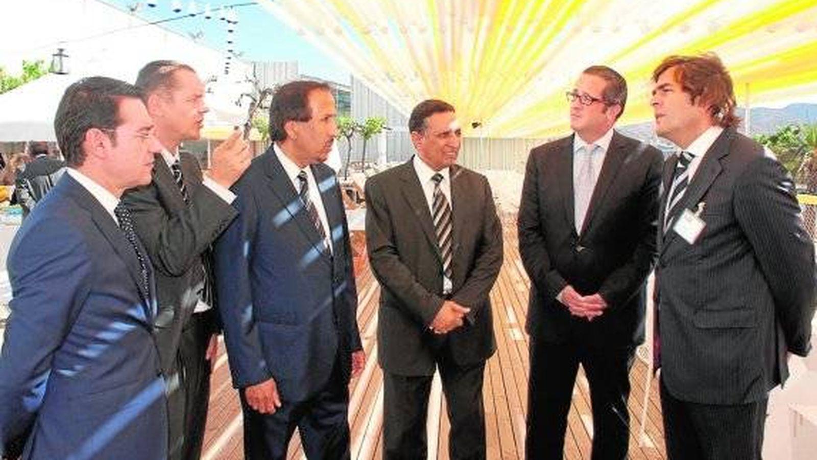 Foto: El príncipe Abdulá bin Zanyan al-Saud (tercero por la derecha), con directivos de Sabic, en una visita a la planta de Murcia en 2014. (Sabic)