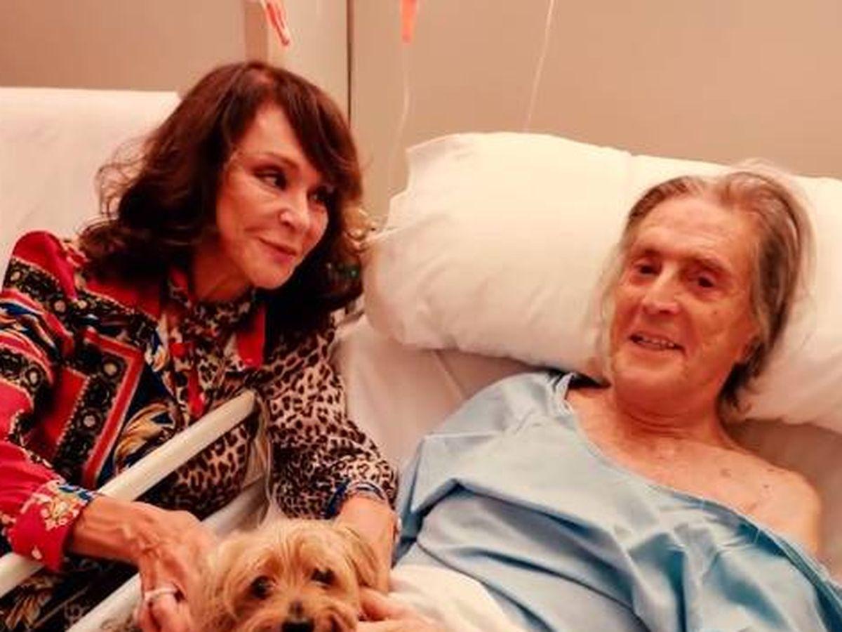 Foto: Imagen de Jaime Ostos en el hospital acompañado de su mujer, María Ángeles Grajal. (Fotografía cedida por la familia al programa 'Socialité')
