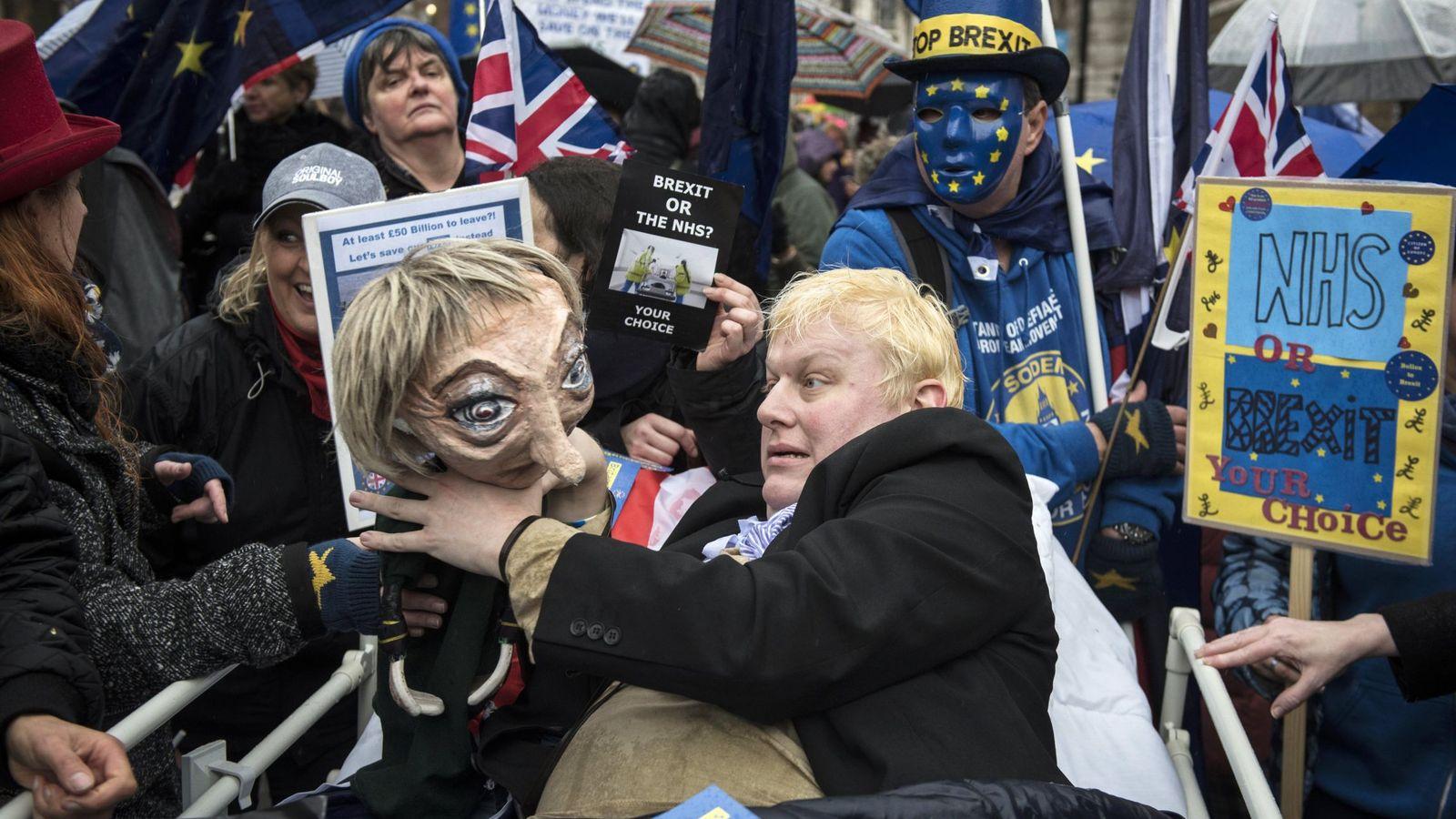 Foto: Un manifestante disfrazado de Boris Johnson durante una protesta de trabajadores del NHS, en Londres. (Reuters)