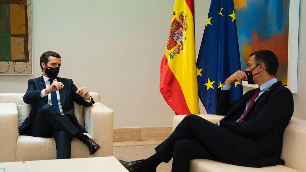 Foto: Casado y Sánchez se reúnen durante casi dos horas. (David Mudarra)
