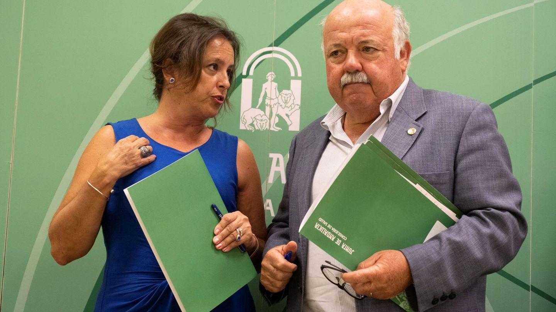 El consejero de Salud de la Junta, Jesús Aguirre, y la viceconsejera, Catalina García Carrasco. (EFE)