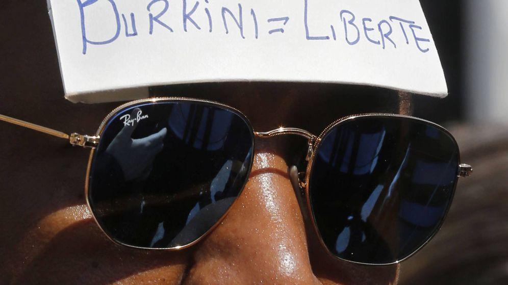 Foto: Un hombre se manifiesta contra la prohibición en Francia del 'burkini'. (Reuters)