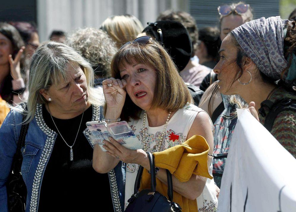 Foto: Una mujer llora en el exterior del Palacio de Justicia de Pamplona tras conocerse la sentencia, con una condena bastante menor a la que demandaba la Fiscalía. (EFE)