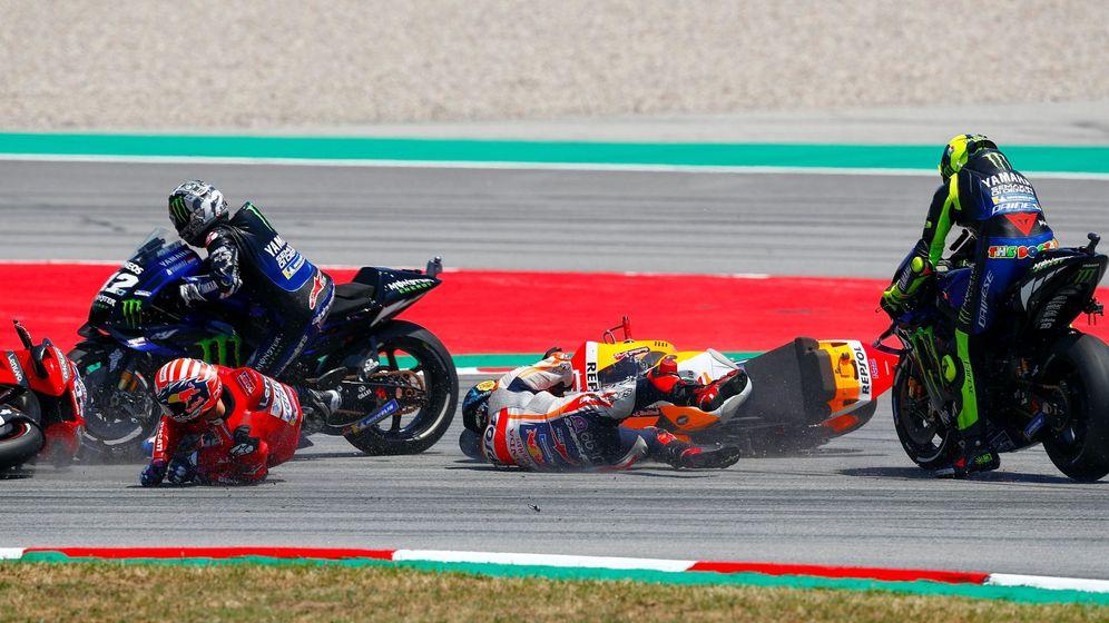 Foto: Jorge Lorenzo se va al suelo en la curva diez, provocando la caída de otros tres pilotos. (EFE)