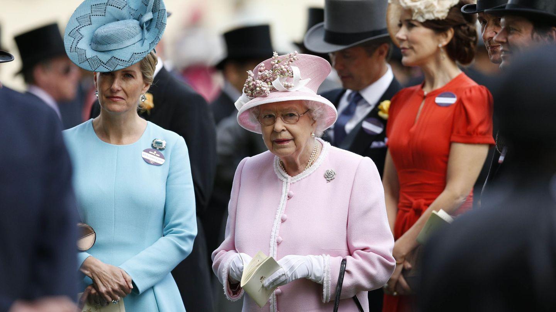 La reina Isabel y Sophie de Wessex, en una imagen de archivo. (Reuters)