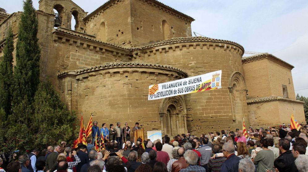 Foto: Concentración ante las puertas de Real Monasterio de Santa María de Sigena (Huesca). (EFE)