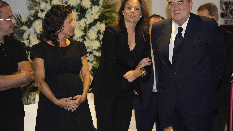 Fernando Fernández Tapias y Nuria González en la capilla ardiente de Di Stéfano. (Gtres)