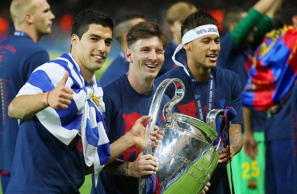 Foto  Messi sostiene el trofeo de la Champions acompañado por Luis Suárez y  Neymar ( 8b722c3977eb7