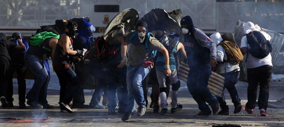 Foto: Manifestantes opositores escapan de la Guardia Nacional durante una protesta este martes en Caracas (Reuters).