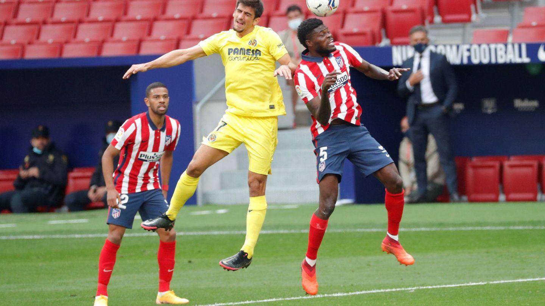 Partey y Moreno disputan un balón en un lance del juego. (Reuters)