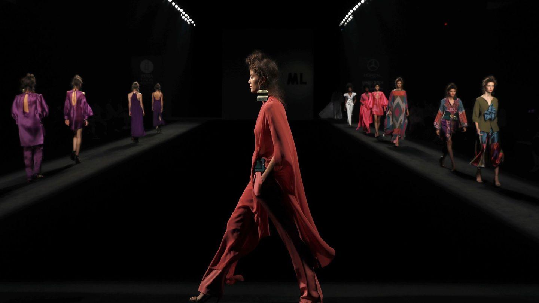 Modelos lucen este viernes algunas de las creaciones del diseñador Marcos Luengo. (EFE)